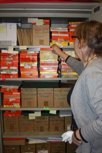 Ann Blomdalh på Hälsinglands Museum visar ett arkiv med del av  Hildings osorterade bilder