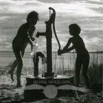 Vid pump, Hornslandet, juli 1962.