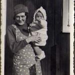 Hildings faster, Rolands mamma med Ingrid Mickelsson i famnen.
