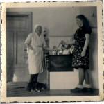 Roland Laurins mamma Anna med pigan Majlis eller Majbritt. Mars1940