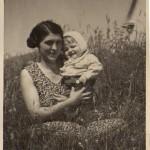 Rolands mamma Anna, här med Roland i knä. 1936