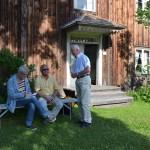 Ljusnas reporter i samtal med Hildings son olle Hildingson och Hilding Mickelsson Sällskapets ordförande Lars-Eric Ericsson