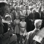 * - Den mörka flickan i mitten, som har lugg och vit klänning är Margareta Sosnierz född 1950 Rengsjö.*