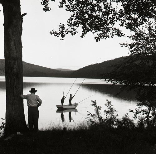 6:e Törnbesöket Olle + Erik fiskar, Albert ser på. juli -58 Foto Hilding Mickelsson
