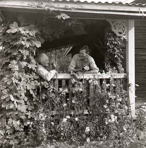 """10:e Törnbesöket. Albert o """"knäpparen"""" vid verandan 7/9 -58 Foto Hilding Mickelsson"""
