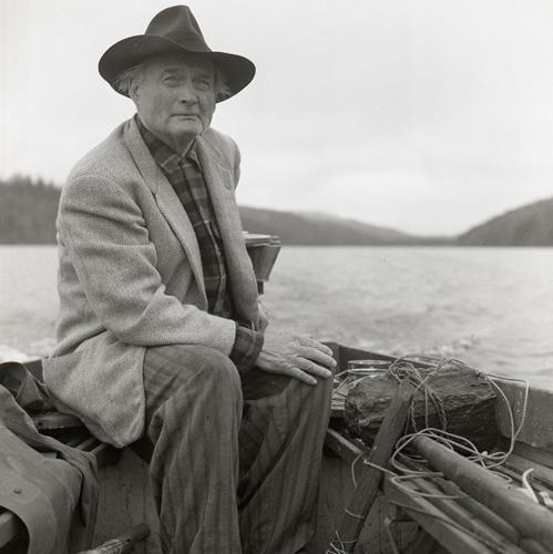 28:e Törnbesöket. Albert kör båten över Törn 24-26/7 -60. Foto Hilding Mickelsson