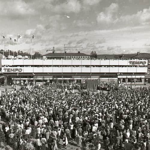 M 86643: Invigning av Snoddas-reliefen på Brotorget i Bollnäs 31/8 1984. 2500-3000 personer deltog. Foto: Hilding Mickelsson