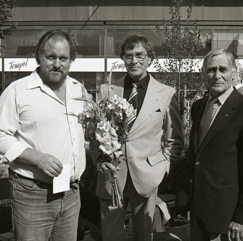 M 86652: Invigning av Snoddas-reliefen på Brotorget i Bollnäs 31/8 1984. Konstnärstrion fr v Mårten Andersson, Per Nilsson-Öst och Per Englund. Foto: Hilding Mickelsson