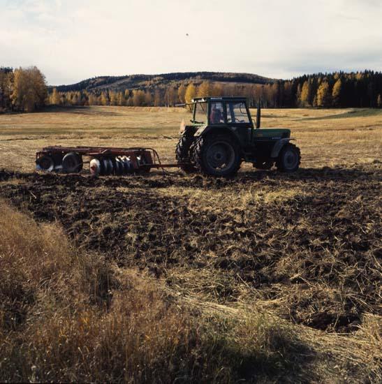 HM_M 51260 Jordkultivering, Arbrå, hösten 1986. Foto: Hilding Mickelsson
