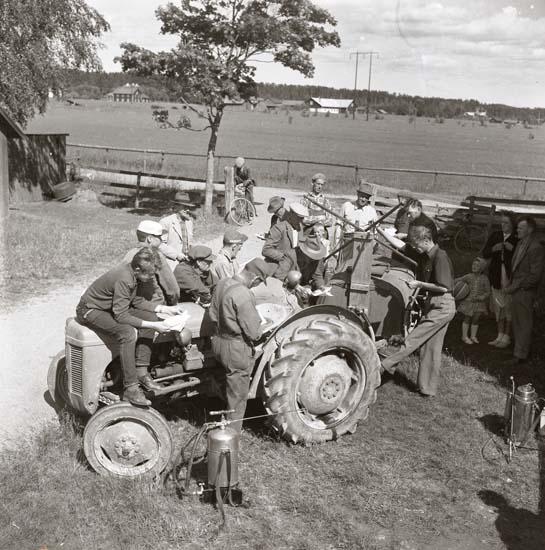 M 65 431: Ogräsbesprutningskurs, på Sture Hanssons, Sunnanåker, Glösbo, 3 juli 1957.Foto Hilding Mickelsson