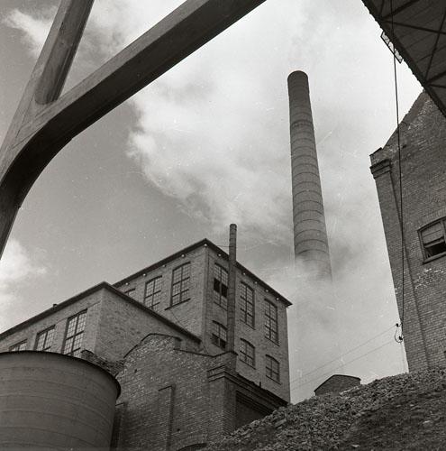 """Iggesundsfabriken från """"vattensidan"""" 6/8 1953 Foto Hilding Mickelsson"""