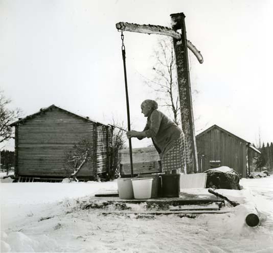 """M 6360: """"Vid vattenvindan, Fredagsberget, Bollnäs finnskog, 1958"""". Foto: Hilding Mickelsson"""