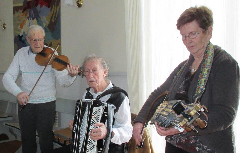 """Som vanligt vid sällskapets årsmöten medverkade """"Hildings spelmän"""" med dragspel, fiol och nyckelharpa."""