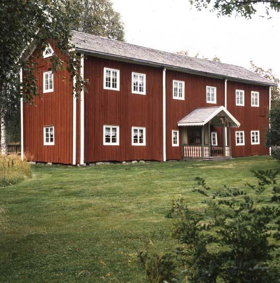 """M 28 613: BORTOM ÅA, GAMMELGÅRDEN, Fågelsjö """"Bortom Åa ligger i gränslandet mellan Hälsingland, Dalarna och Härjedalen. Mangårdsbyggningen uppfördes på 1750-talet, övervåningen hundra år senare"""". Ur boken förstukvistar i Hälsingland."""