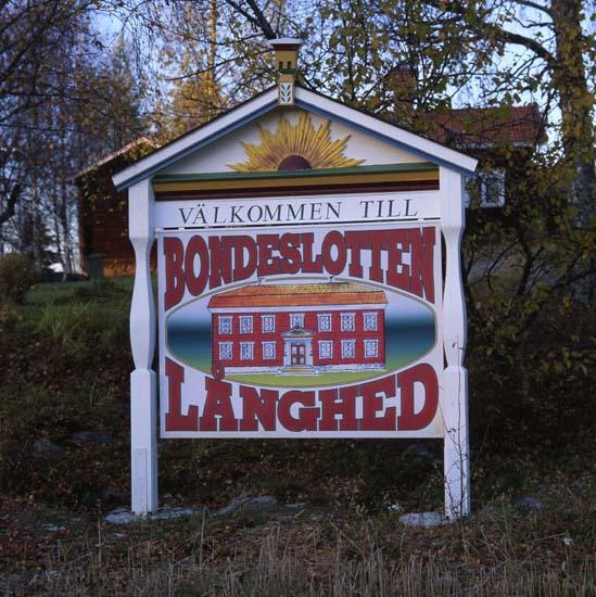 M 54 000 för båda gårdarna i Långhed: Skylt ´BONDESLOTTEN´. Foto 16/10 1998, Hilding Mickelsson