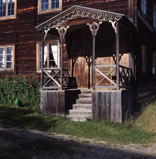 M 54 347: BOMMARS, Letsbo, Ljusdal Mangårdsbyggnaden med förstukvist. Foto 28/9 2001, Hilding Mickelsson