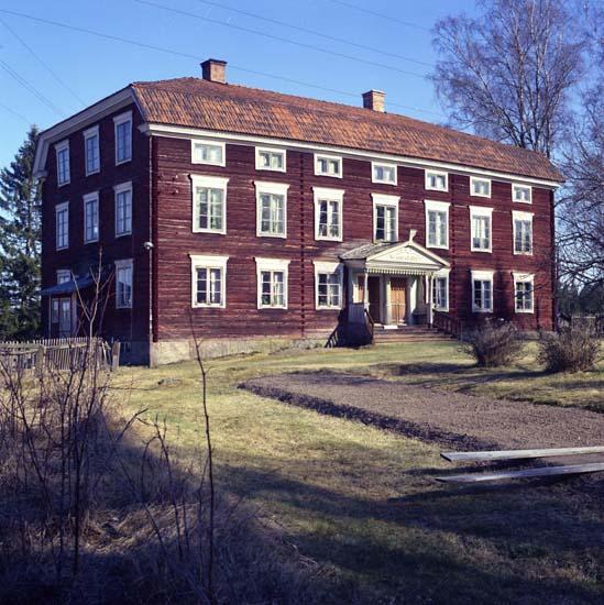 """M 56 746: JON-LARS, Långhed, Alfta """"Den största byggnaden bland Hälsinglands gårdar. Endast ett bostadshus finns på gården vilket byggdes i två identiskt lika delar för två bröder i mitten av 1800-talet efter att det tidigare förstördes i en brand"""" Ur Världsarvet Hälsingegårdar. """"Med både brutet och valmat tak, 18 rum, ett drygt 50-tal fönster, rödfärgad och med en magnifik förstukvist"""". Ur Förstukvistar i Hälsingland. Foto: Hilding Mickelsson"""