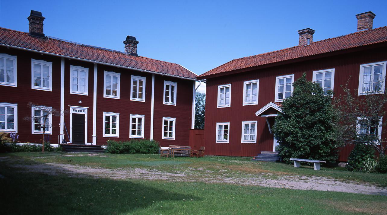 """M 48 891: GÄSTGIVARS, Vallsta, Arbrå """"Gästgivars har sitt ursprung redan i medeltiden. Gårdsnamnet kommer från ett gästgiveri som drevs på gården under 1600- och 1700-talen"""". Ur Världsarvet Hälsingegårdar. Foto 1997, Hilding Mickelsson"""