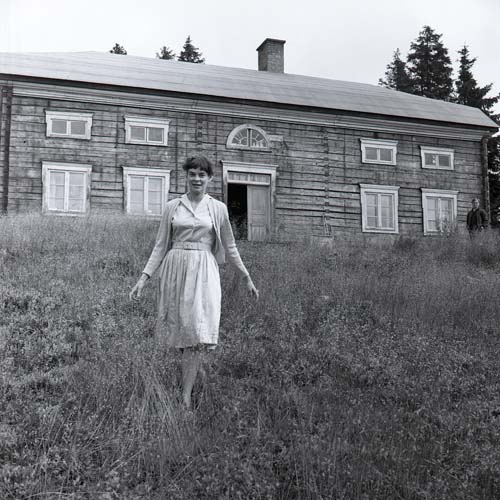 M 84 410: DVärld-rep. Fröken Cecilia Bruce vid gården i Hästberg, 29/8 -62. Foto: Hilding Mickelsson