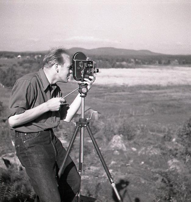 M 112340 Sven Gillsäter filmar träguden Njutånger 13 juli 1951. Foto:Hilding Mickelsson