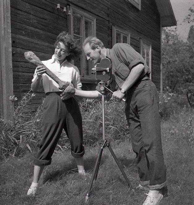 M 112341 Sven o Astrid Gillsäter filmar träguden Njutånger 13 juli 1951. Foto:Hilding Mickelsson