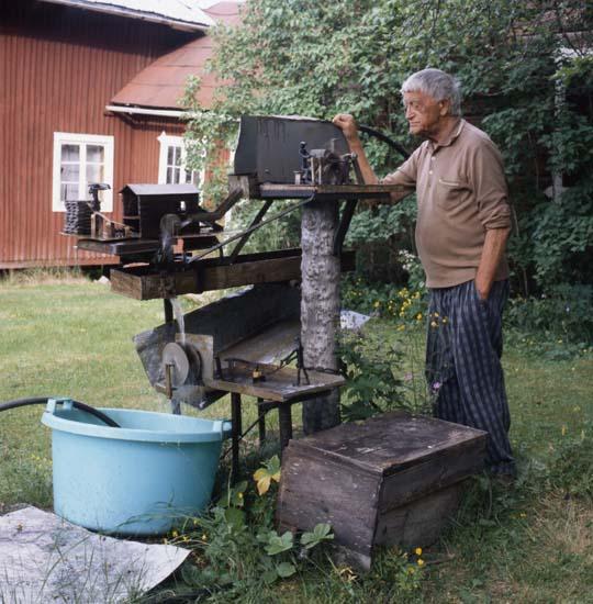 M 60 694: Einar Svedin vid vattenverket (skulptur, utomhus), Trönö 17/6 -99. Foto: Hilding Mickelsson