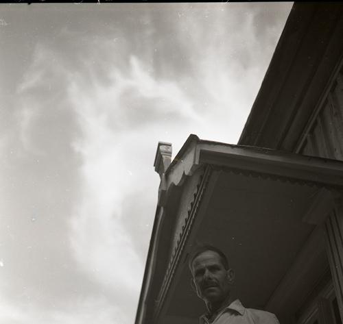 M 86 443: Per Asplund, augusti 1950 från Älvkarhed i Alfta, bygdeskildrare och amatörfotograf. Foto: Hilding Mickelsson