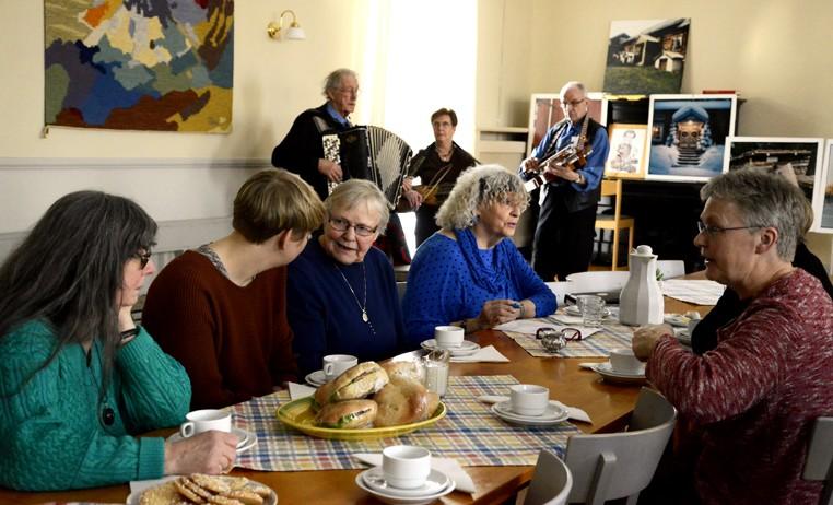 """Fika till musik med dragspel, fiol och nyckelharpa, framfört av """"Hildings Spelmän"""". Foto Anna Hildingson Edling"""