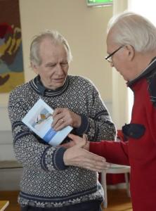 Filmaren Bernt Persson, Hudiksvall tackades för filmvisning av HMs Sällskapets sekreterare Lars-Holger Röstlund, Bollnäs.