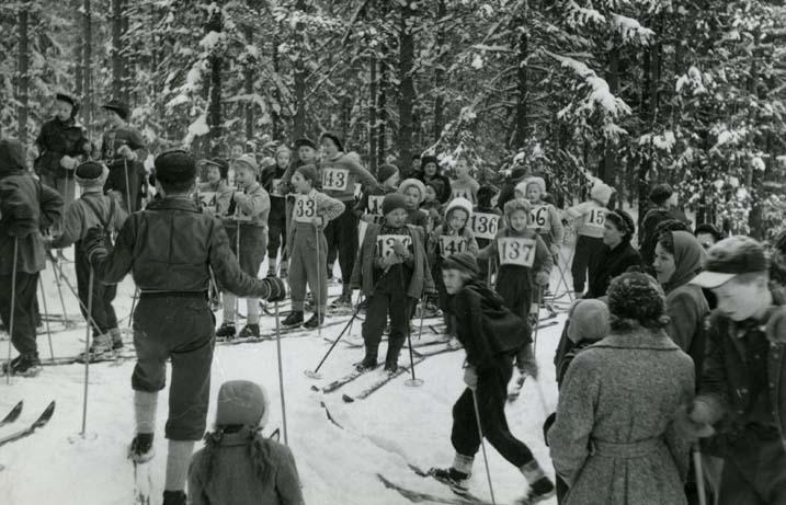 M 4 448:Skoltävlingen (Erik åker bl a) 2/3 -54. Elsie F., Anita S.,  Marianne, Barbro, Ingrid F o Elisabet. Foto: Hilding Mickelsson