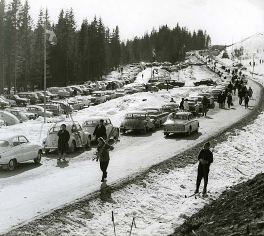 M 7 304:Finnskogens nya melodi. Bilparkering vid Harsa, Järvsö, Hälsingland. Foto: Hilding Mickelsson