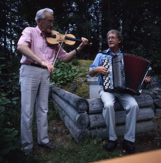 M 51 215: Erik A o Stig A spelar vid Karins Spjälkabergsstuga, 3/8 1999. Foto: Hilding Mickelsson