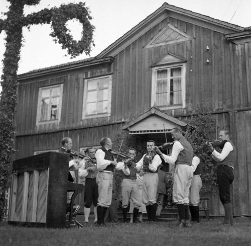 M 66 809: Midsommarfest i hembygdsbyn.Bollnäsbygdens spelmanslag spelar upp. Helmer Glad leder spelmanslaget.24/6 - 60. Foto: Hilding Mickelsson