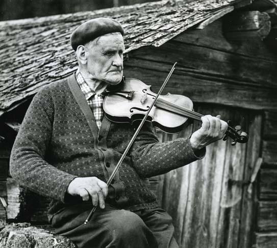 M 6 718:Olof Nordén skicklig riksspelman och låtkompositör från Nordsjö Arbrå. Han lämnade ca 200 komp. egna fina låtar efter sig. Foto: Hilding Mickelsson