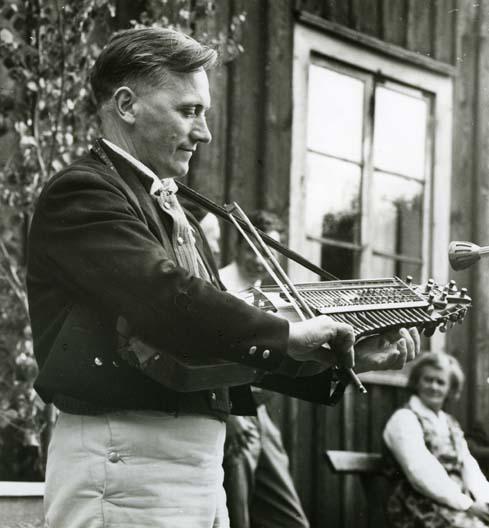 M 6 750: Erik Sahlström spelar vid hembygdsfesten i Rengsjö 16/7 1961. Foto: Hilding Mickelsson
