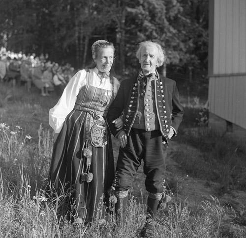 M 72 234:Bergsjö festen. Öst födelsehemmet invigning 21/6 -64. Riksspelmannen Jon-Erik samt hans hustru. Foto: Hilding Mickelsson
