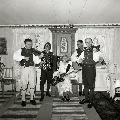 M 85 041:Hugo Westlings spelmän, hemma hos oss, 21/4 -79. (Admin anm: Hemma hos Hilding Mickelsson, Sunnanåker Glössbo) Foto: Hilding Mickelsson