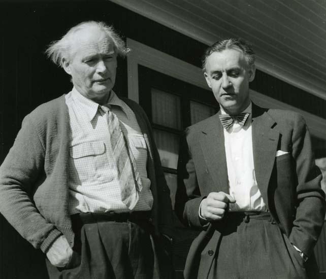 M 10 571: Helge Törnros tillsammans med Albert hemma i Kronbacka, Färila, 10/4 – 54. Foto: Hilding Mickelsson