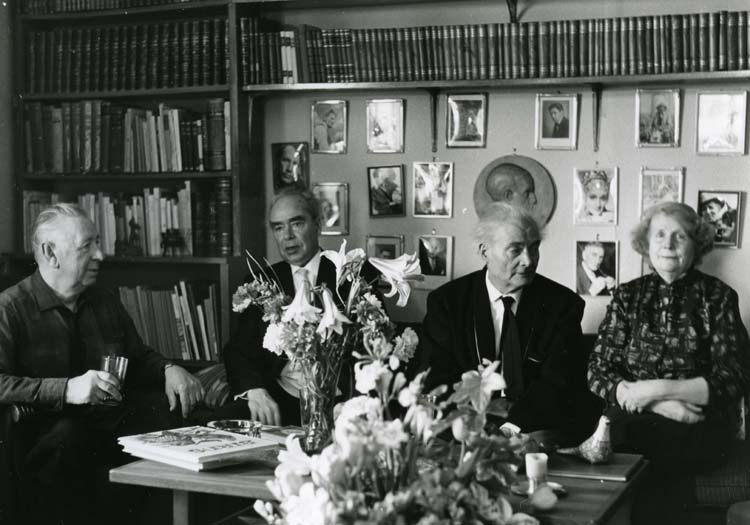 M 10 572: Författarvänner vid Kronbacka. Ragnar Holmström, Ivan Oljelund, Albert och Lisa Viksten. Foto: Hilding Mickelsson