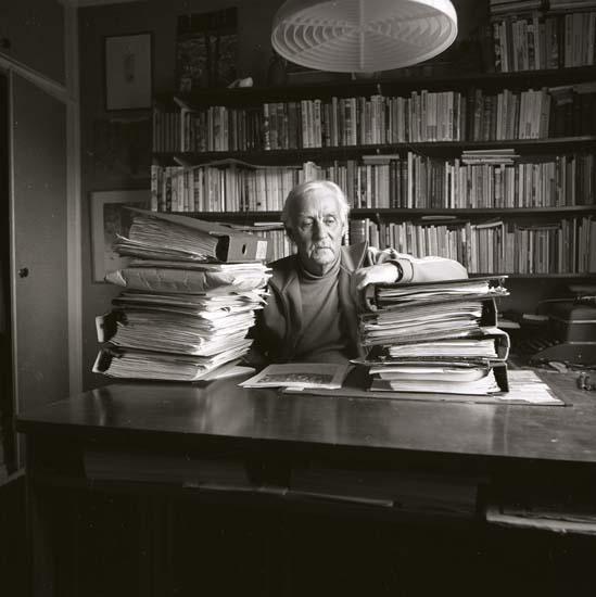 M 68 595: Helge Törnros hemma med allt arkivmaterial till Finnskogsboken 5/5 -84. Foto: Hilding Mickelsson