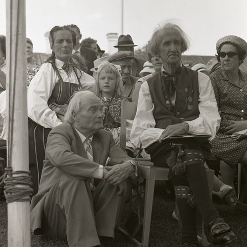M 73 077: Albert Viksten och Jon-Erik Öst med fru. Ljusdal hbg 16/8 - 53. Foto: Hilding Mickelsson