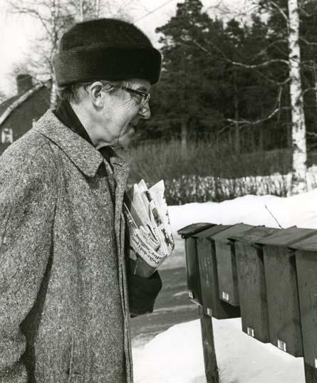 """M 837: Olle Svensson(Författare f 1904 - d 1972) Sunnansjö, Grangärde vid byns brevlådor med dagens tidningsbunt.-""""Men 50-lappen från Falu Kuriren kom inte i dag heller""""...30/3 1962. Foto: Hilding Mickelsson"""