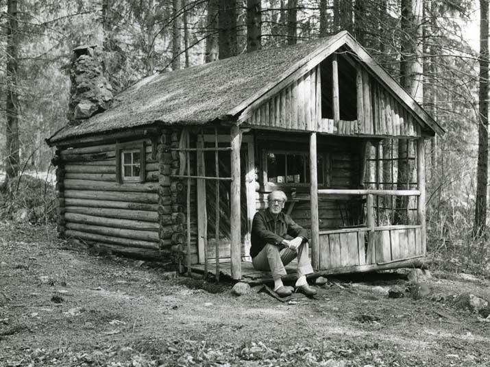 M 841: Olle Svenssons skrivarlya den han timrade redan 1929 intill föräldrahemmet i Gustavsfors, Bollnäs. På trappan sitter Olles bror Nils-David med skrivarådra även han - och filosoferar 8/5 -84. Foto: Hilding Mickelsson