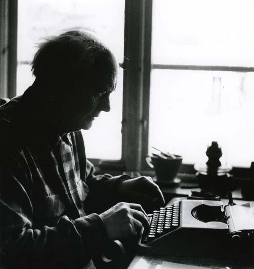 M 9 805: Albert Viksten i skrivartagen vid Törnet. Boken om Lassekrog blir till 25/1 1962. Foto: Hilding Mickelsson