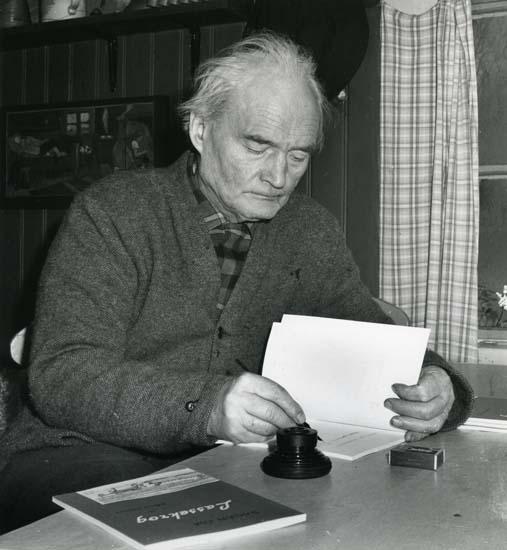 M 9 808: Albert signerar boken om Lassekrog den 16/12 1962. Foto: Hilding Mickelsson