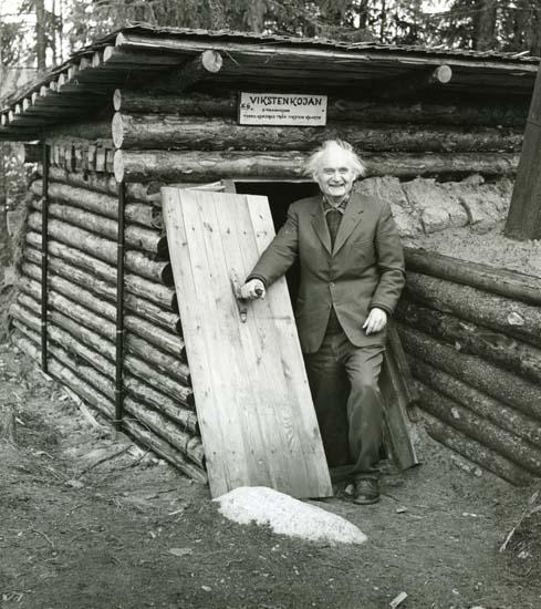 M 9 876:Albert Viksten(bland 2000 andra), glad vid Vikstenkojan, som han skapade som 78-åring(!)vid Lassekrog. Färila, Hälsingland. Invigningsdagen av kojbyn 25/9 –66. Foto: Hilding Mickelsson