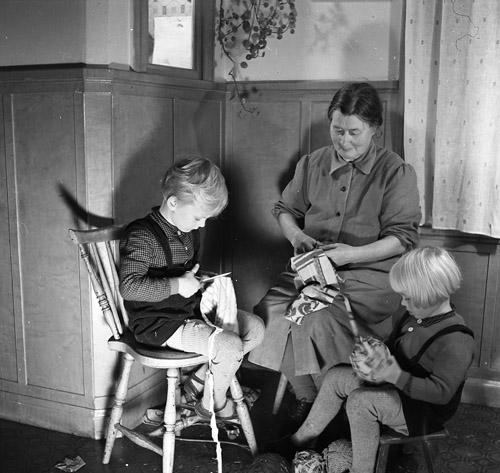 M 67 015:Mormor o pojkarna klipper mattrasor, 11/11 1950 Foto: Hilding Mickelsson