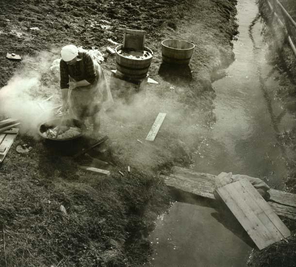 M 12 912:Söräng, Bollnäs, maj 1948. Sommartvätt på gammalt sätt. Foto: Hilding Mickelsson