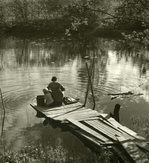 M 12 973:Tvätt vid sjö hitom Färila, som 1947. Foto: Hilding Mickelsson