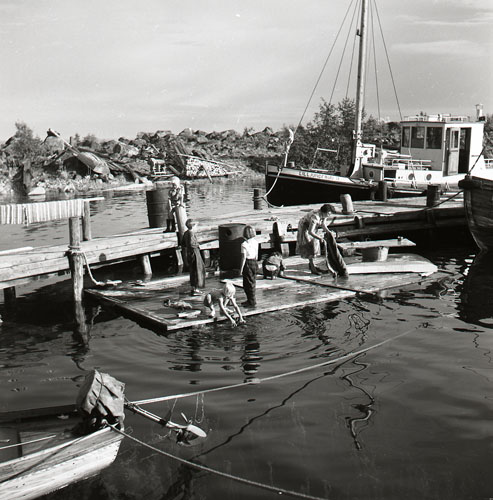 M 76 102:Tvätt o båtbryggan, Rönnskär 5/8 1953 Foto: Hilding Mickelsson